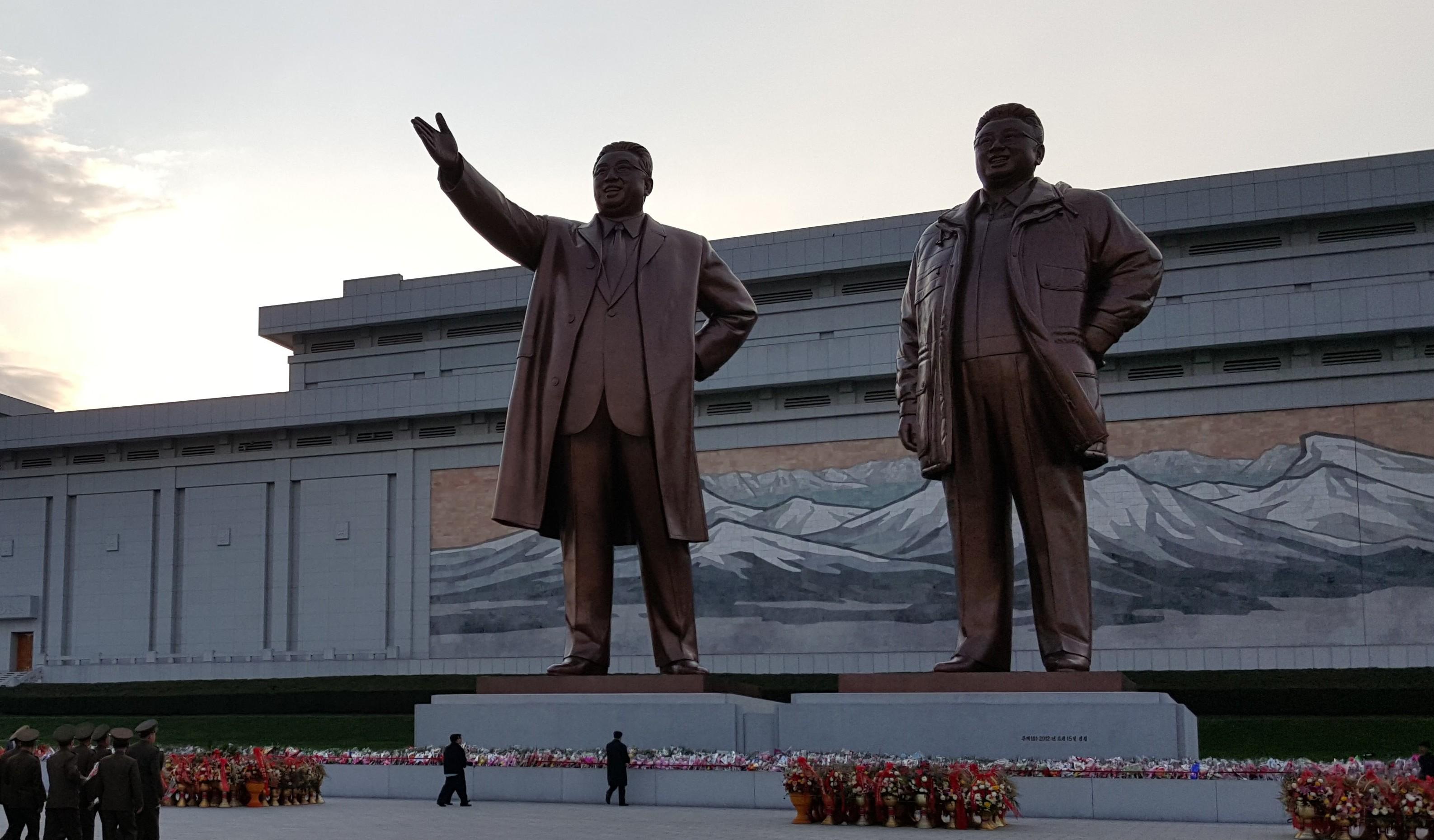 Endre Olsvik Elvestad har som en av få nordmenn besøkt Nord-Korea. Den ruvende statuen er av Kim Il-sung (venstre) og sønnen Kim Jong-il som døde i 2011.