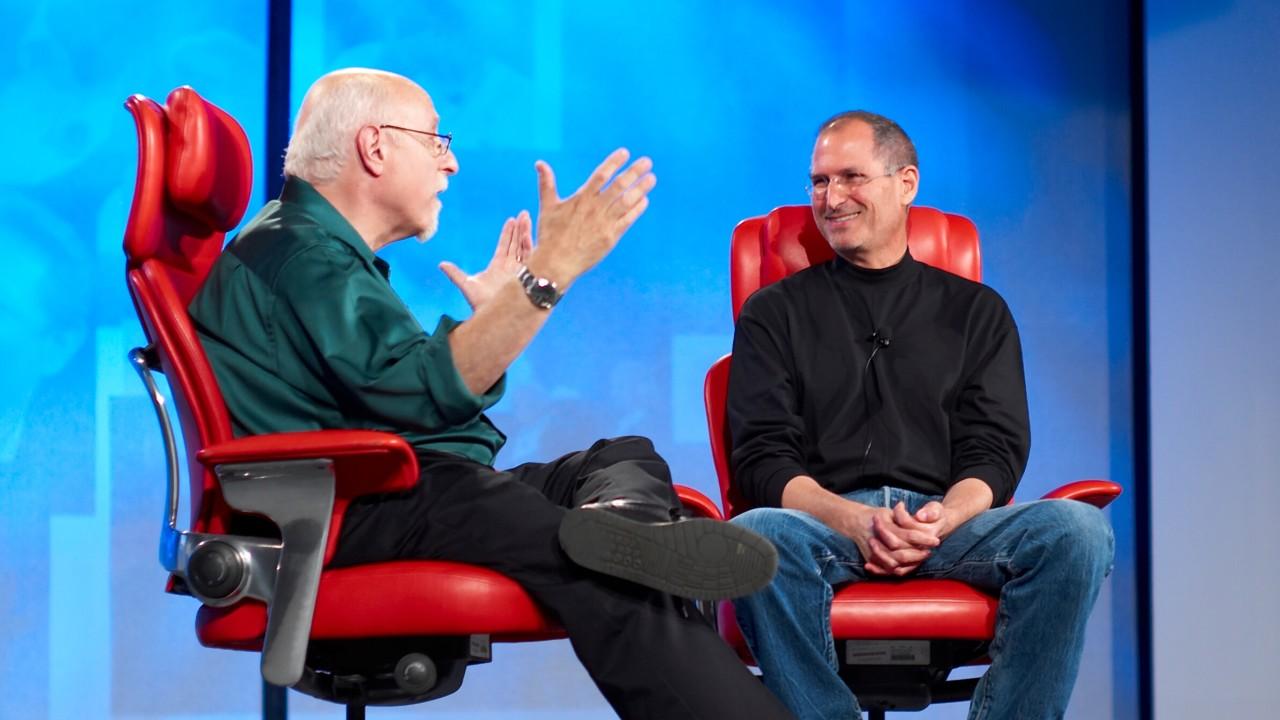 Steve Jobs snakket om å lage en bil allerede i 2008, men han og resten av topp-staben fant nok ganske fort ut at det ville være for krevende samtidig som de fokuserte 100 prosent på mobil-markedet. Bildet: Steve Jobs intervjues av Walt Mossberg på All Things D-konferansen.