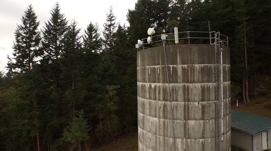 Her er vanntårnet som forsyner dele av øya med Internett.