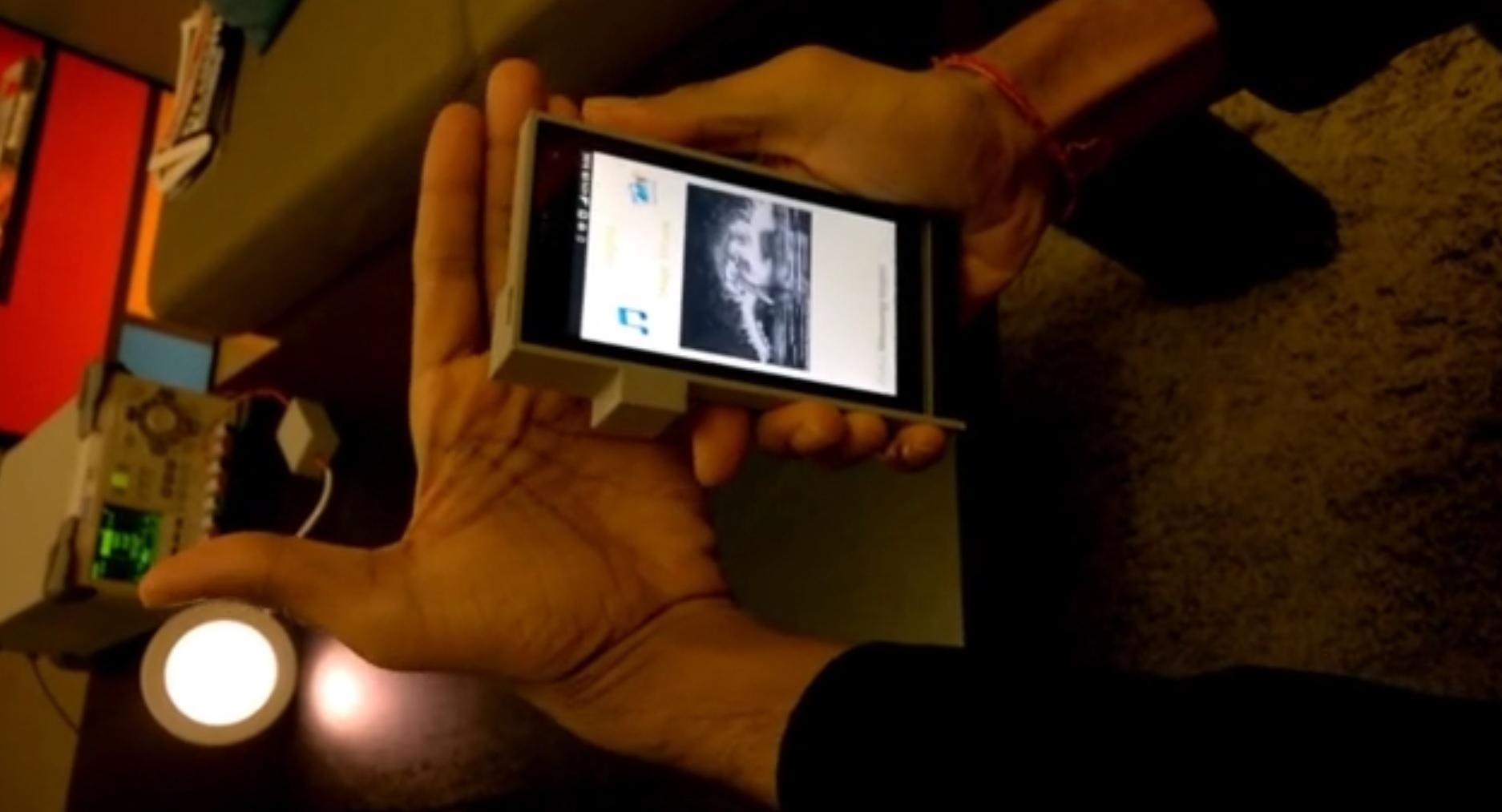 Forkser Deepak Solanki demonstrerer hvordan datastrømmen stopper når han legger hånda foran lyset.
