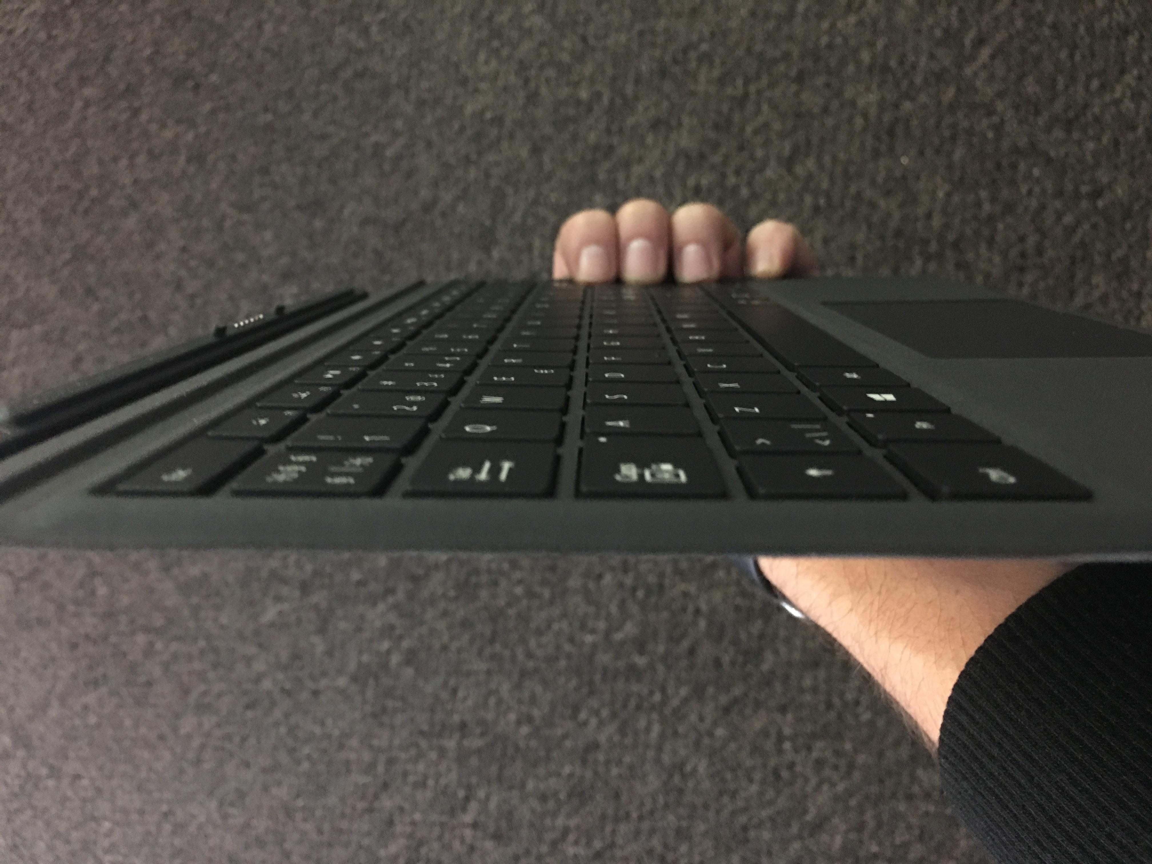 Surface-tastaturet er heldigvis mye lettere og tynnere enn Logitech Create til iPad Pro.