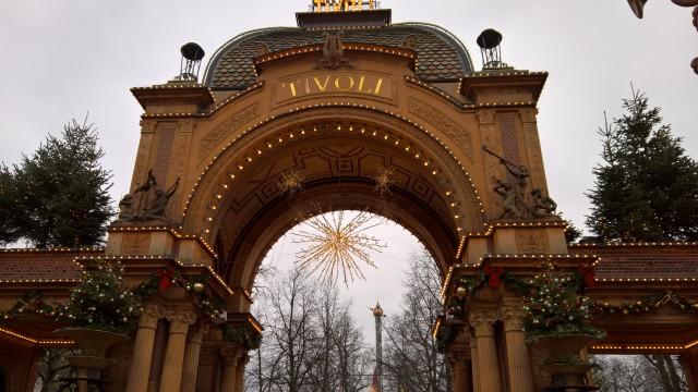 Utenfor en av inngangene til Tivoli i København.