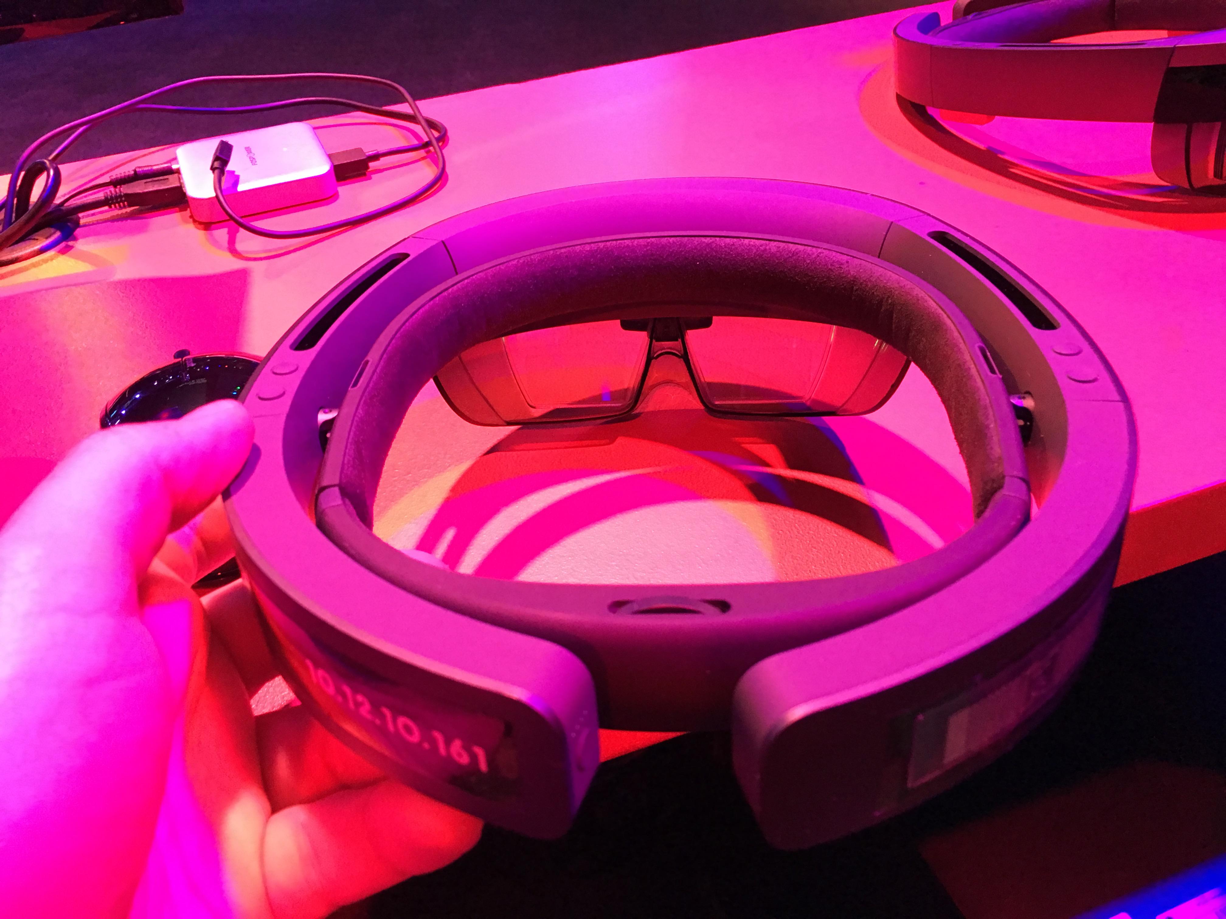 HoloLens huser en Windows 10 PC. Innholdet ble sendt trådløst fra test-PC-en til hver deltager.
