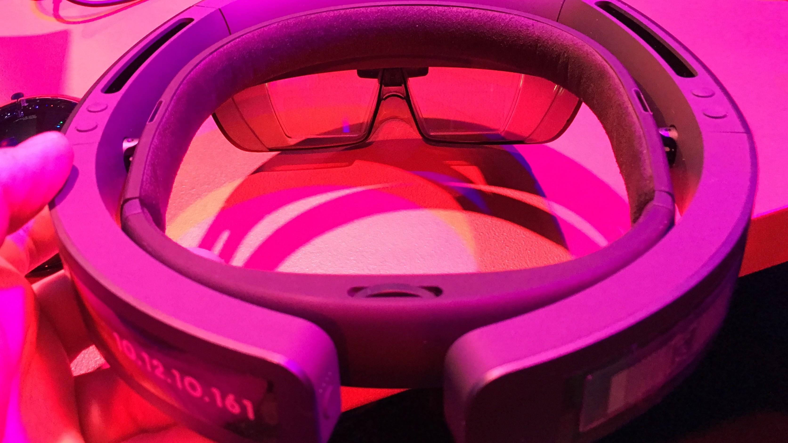 HoloLens er sendt de første kundene. Spesifikasjonene avslører 64-bits maskinvare, men AR-headsettet kjører 32-bit Windows.