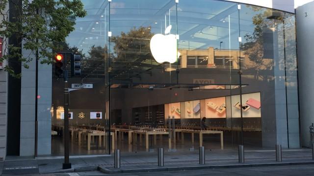 Apple-toppsjef Tim Cook mener at reaksjonene til det første negative kvartalet er en gigantisk overreaksjon, og at det kommer nye iPhone-modeller folk ikke vil kunne leve uten.