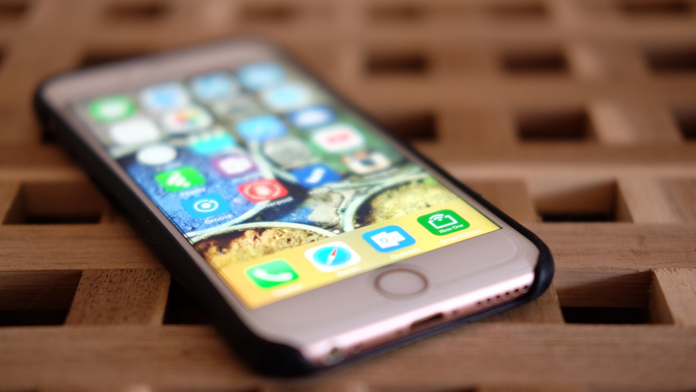 OLED-iPhone kan komme til neste år.