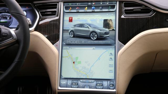 Det er ikke mulig å se film på det store informasjonspanelet i Telsa Model S.