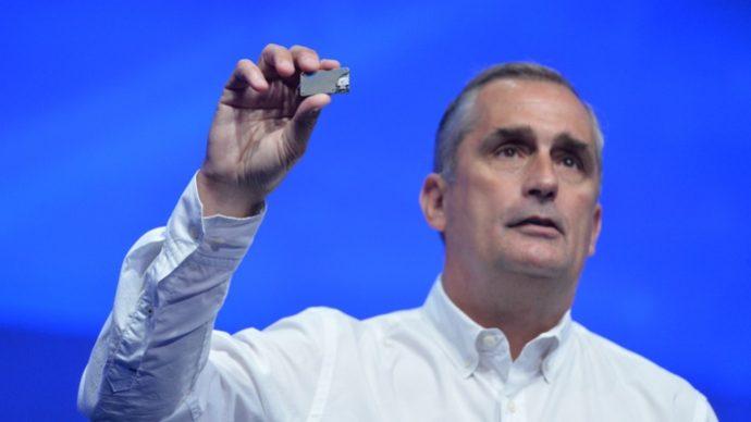 Intel-toppsjefen Brian Krzanich viser frem Joule.
