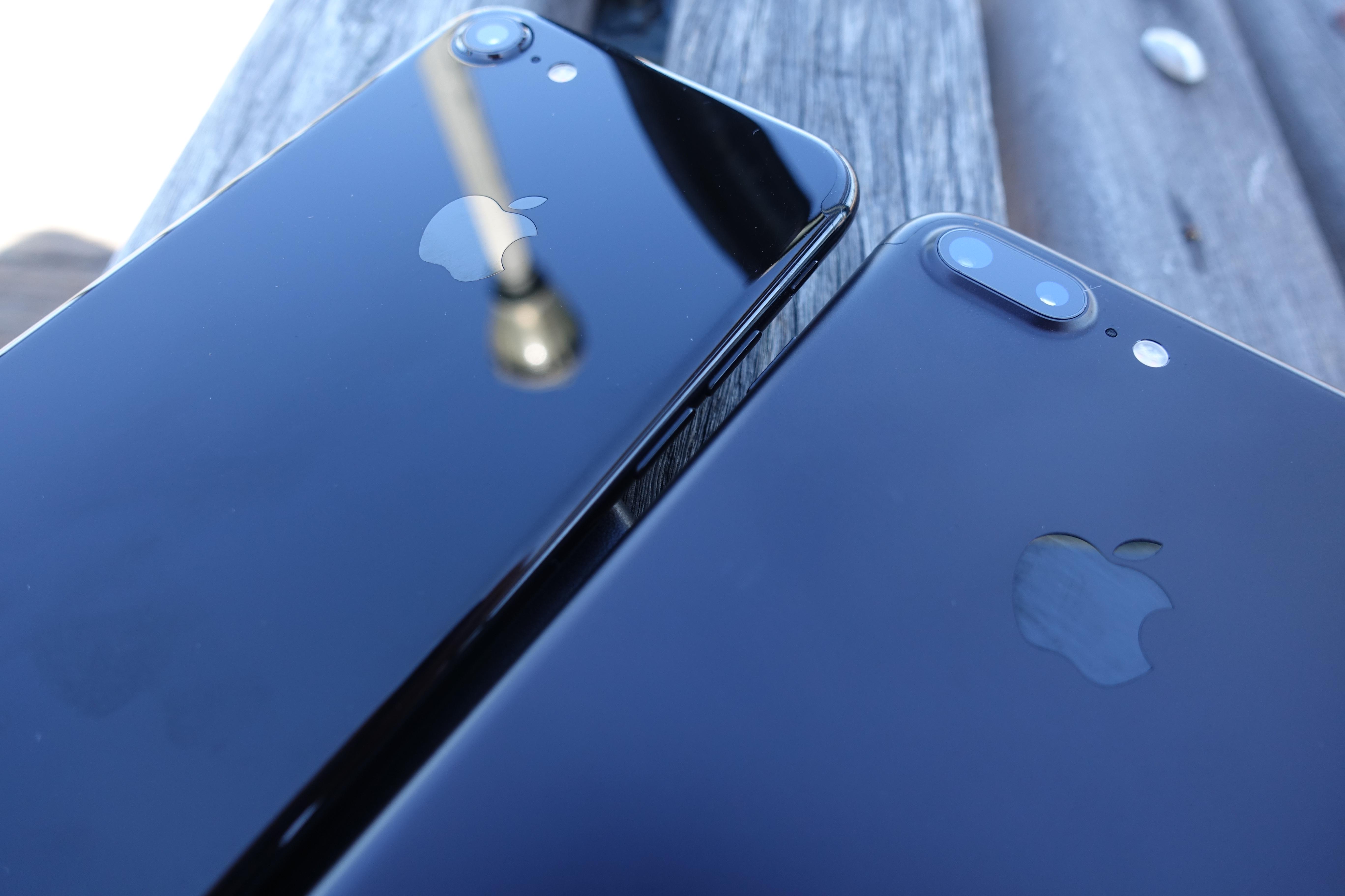 iPhone 7 Jet Black (til venstre) og iPhone 7 Plus svart er svært gode mobiltelefoner.