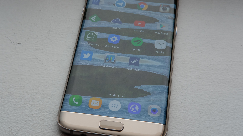 Dette er Galaxy S7 edge. S8 kan komme uten hjemknapp og bli nærmest rammeløs.
