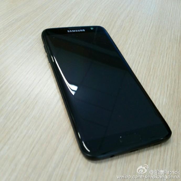 Dette skal være bilder av den pianolakkerte Galaxy S7.