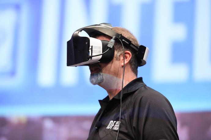 Intels Craig Raymond viser frem Project Alloy på den første dagen av 2016 Intel Developer Forum. Nå har Alloy blitt testet.