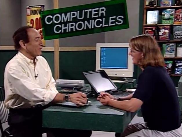 Kim Akers demonstrerer nyhetene med Windows 98.