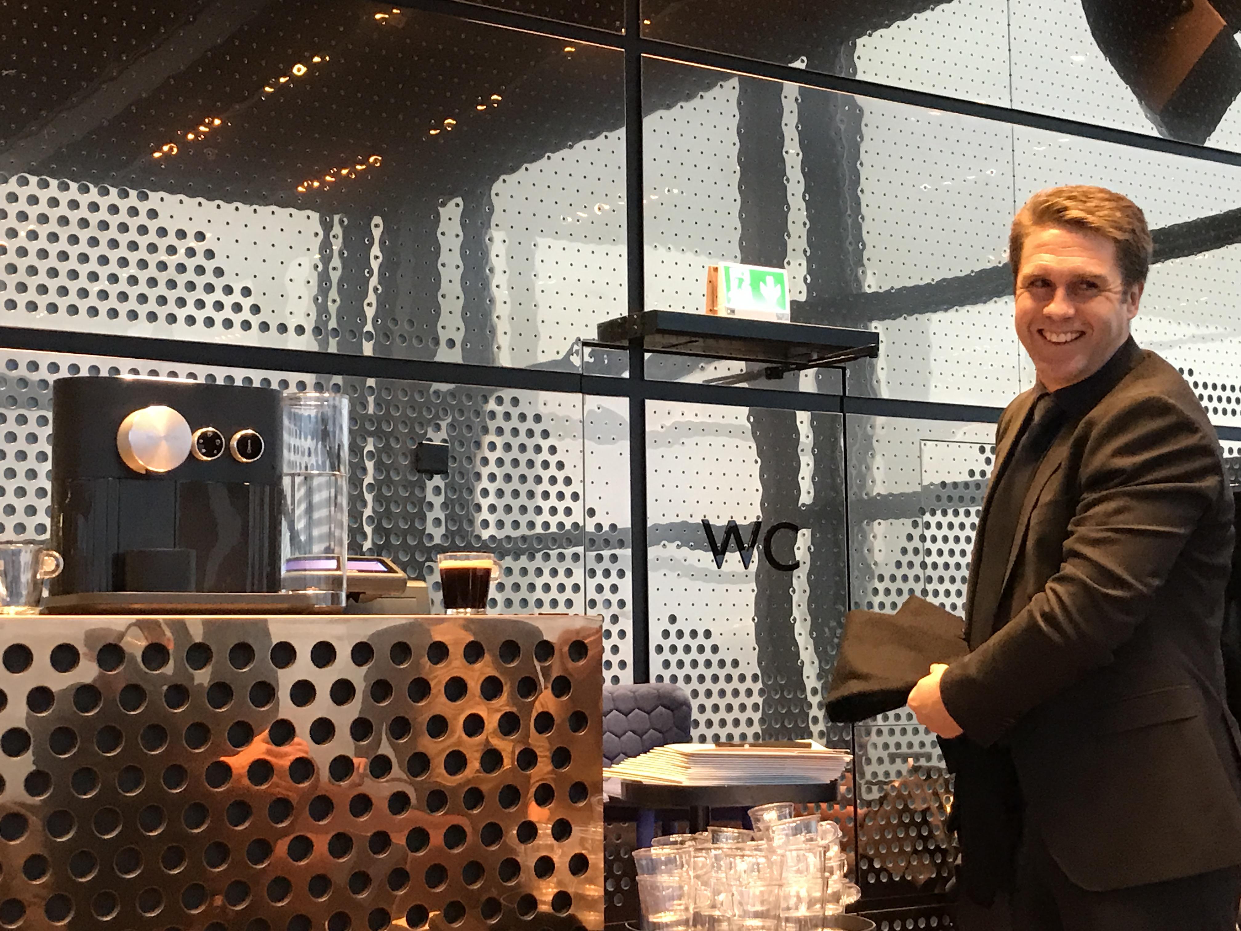 Geir Kronbæck, Country Business Manager i Nespresso viste frem det nye produktet i dag. Den nye maskinen er for nordmenn som vil leke seg med kaffesmaker.
