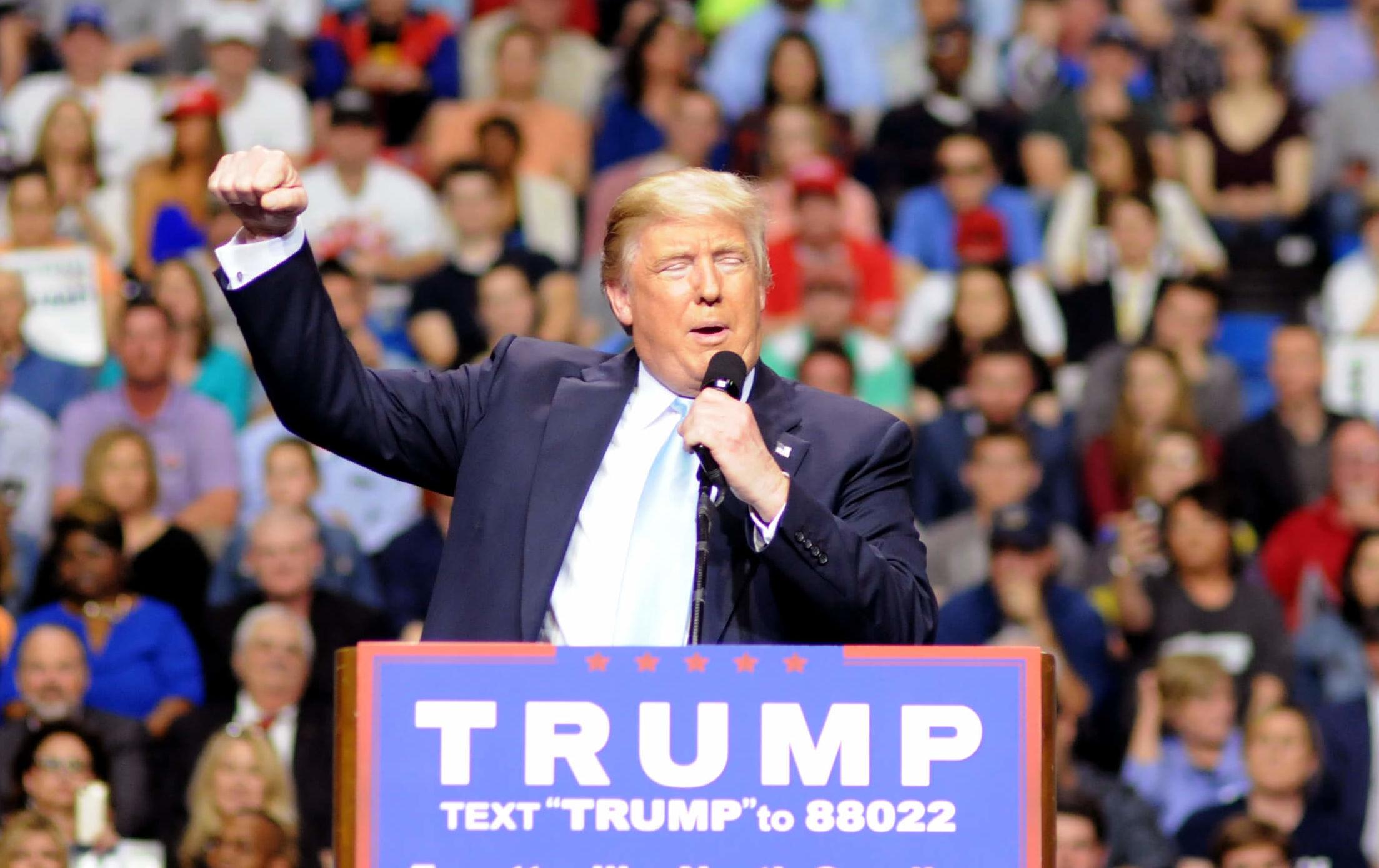 Donald Trump mener han skal klare å få Apple til å produsere sine dingser i USA og frister med skattekutt og fjerning av lover og regler for selskapene.