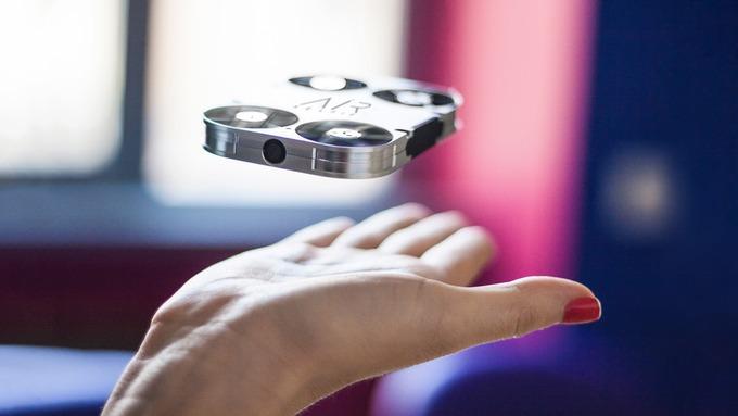 Denne lille dronen tar bilder av deg når du måtte ønske det.