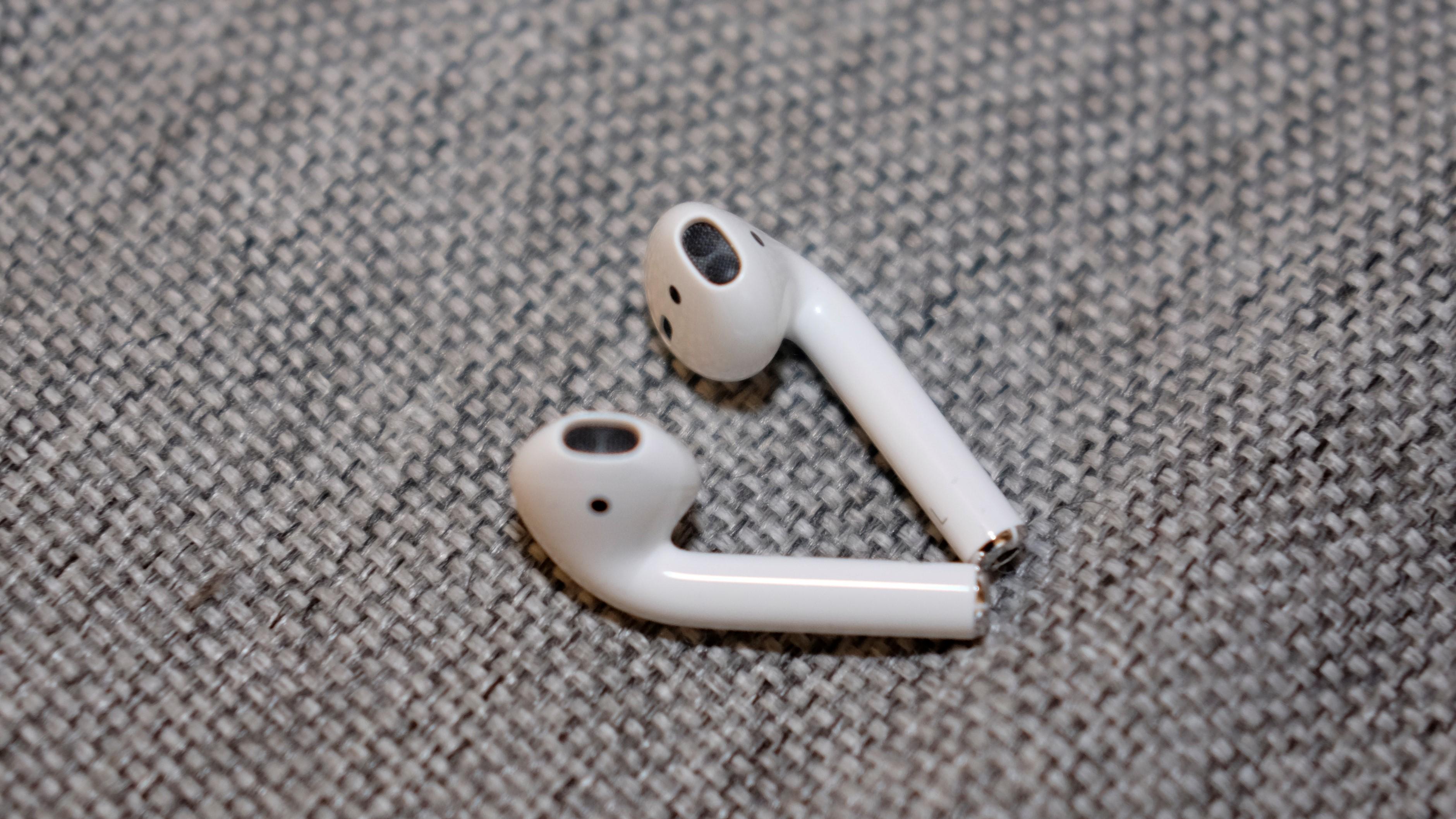 AirPods er svært like EarPods, men de har blant annet sensorer.