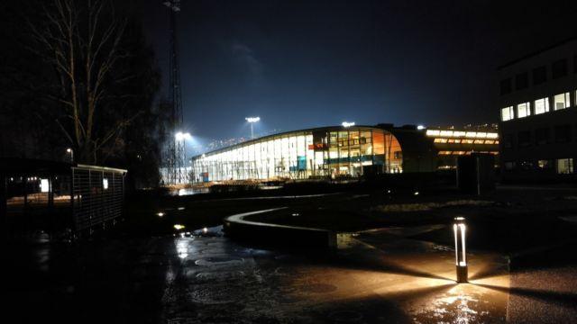 Bilde av Drammensbadet om kvelden.
