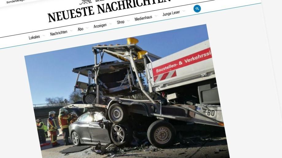 Bilen traff den parkerte lastebilen med voldsom kraft.