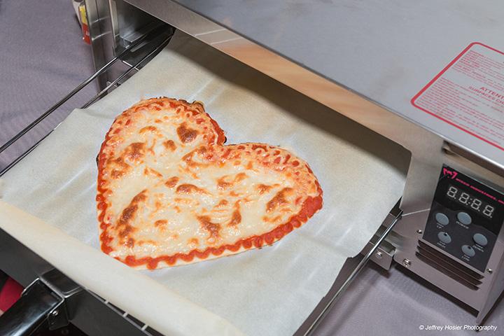 BeeHex-skriveren lager fersk pizza fra deig, tomatsaus og ost - og kan lage pizzaer i alle former.