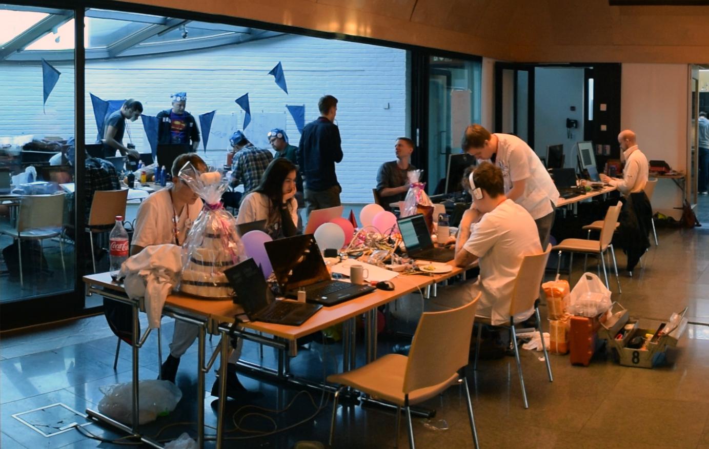 På ArIot møtes likesinnede program- og maskinvarehackere for å samarbeide om Tingenes Internett-prosjekter.