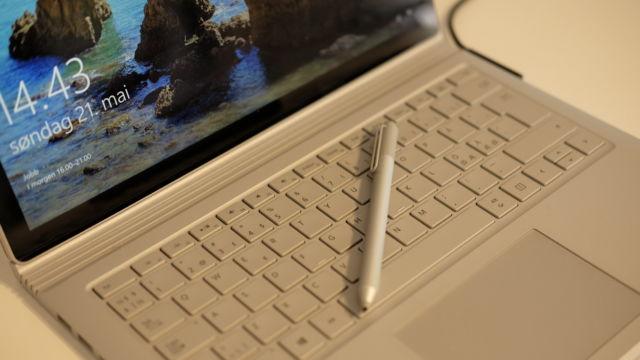 Surface Pen følger naturligvis med.