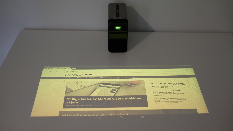 Projektoren kalibreres automatisk.
