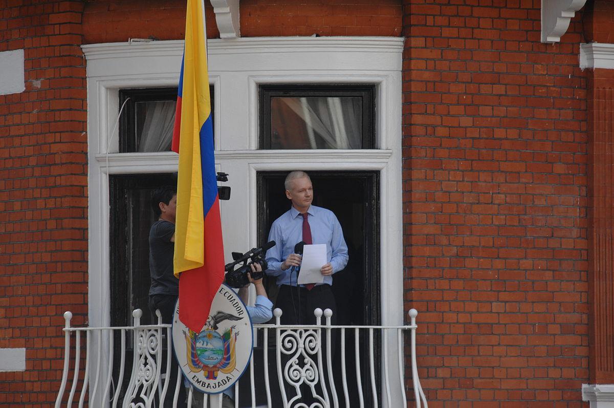 Julian Assange på balkongen i Equadors ambassade i London.