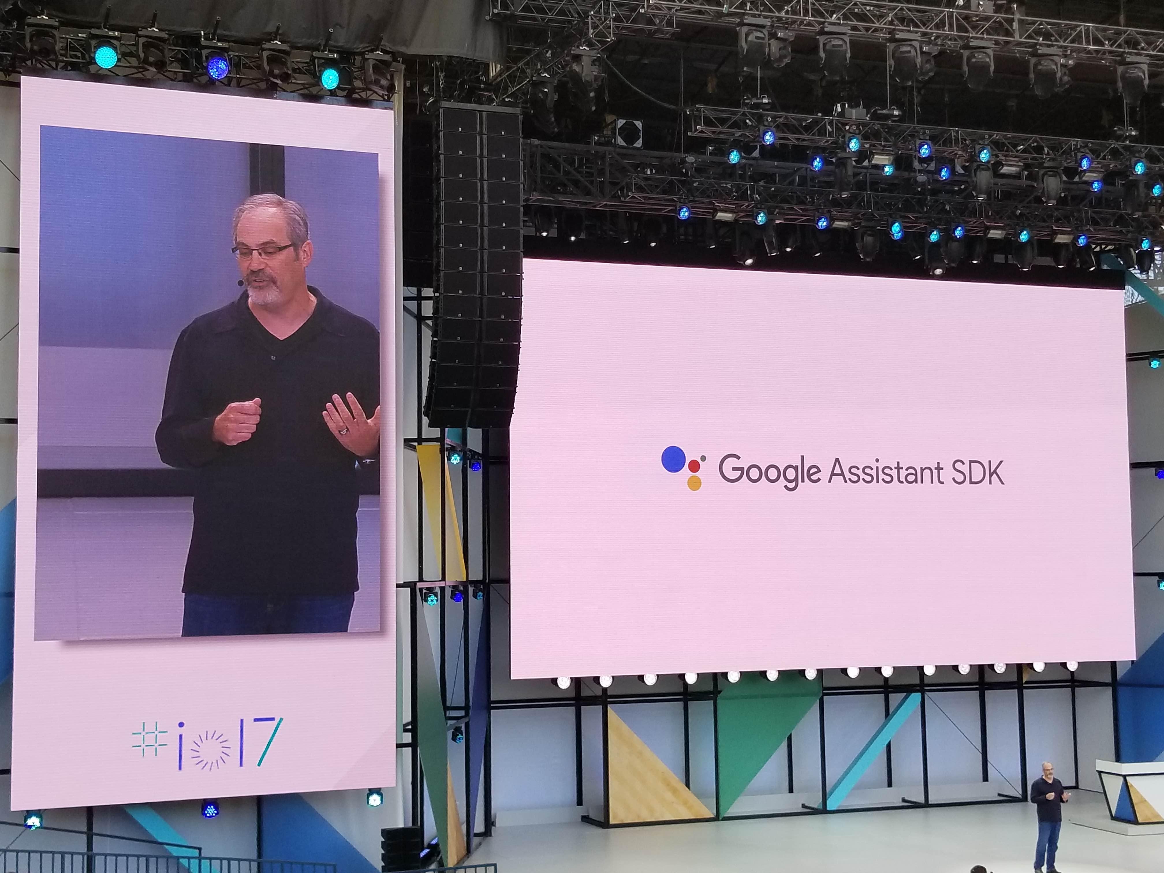 Google har lansert Assistant til iPhone og en utviklerplattform slik at alle enheter kan integrere Googles AI.