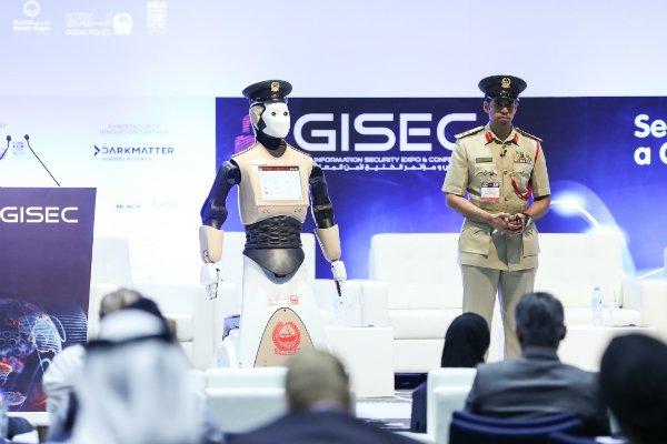 Robot-politimannen snakker seks forskjellig språk og oppdager om du smiler eller er lei deg.