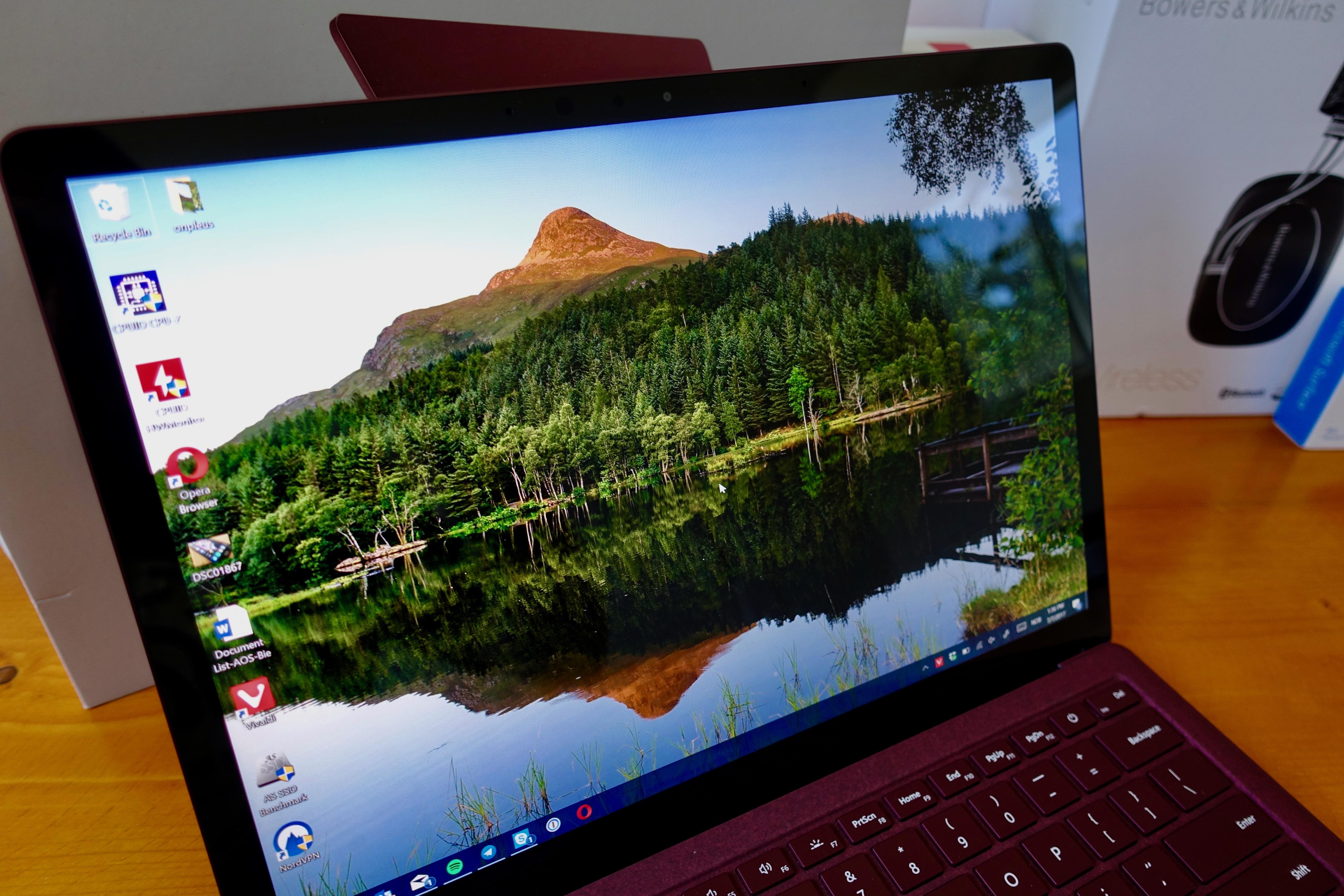 Surface Laptop er en griselekker maskin som er god og skrive på og som har en svært god skjerm, men man må styre batteriet selv og den har kun 1 x USB 3.0-port. Dessuten er SSD-skriveytelsen veldig dårlig.