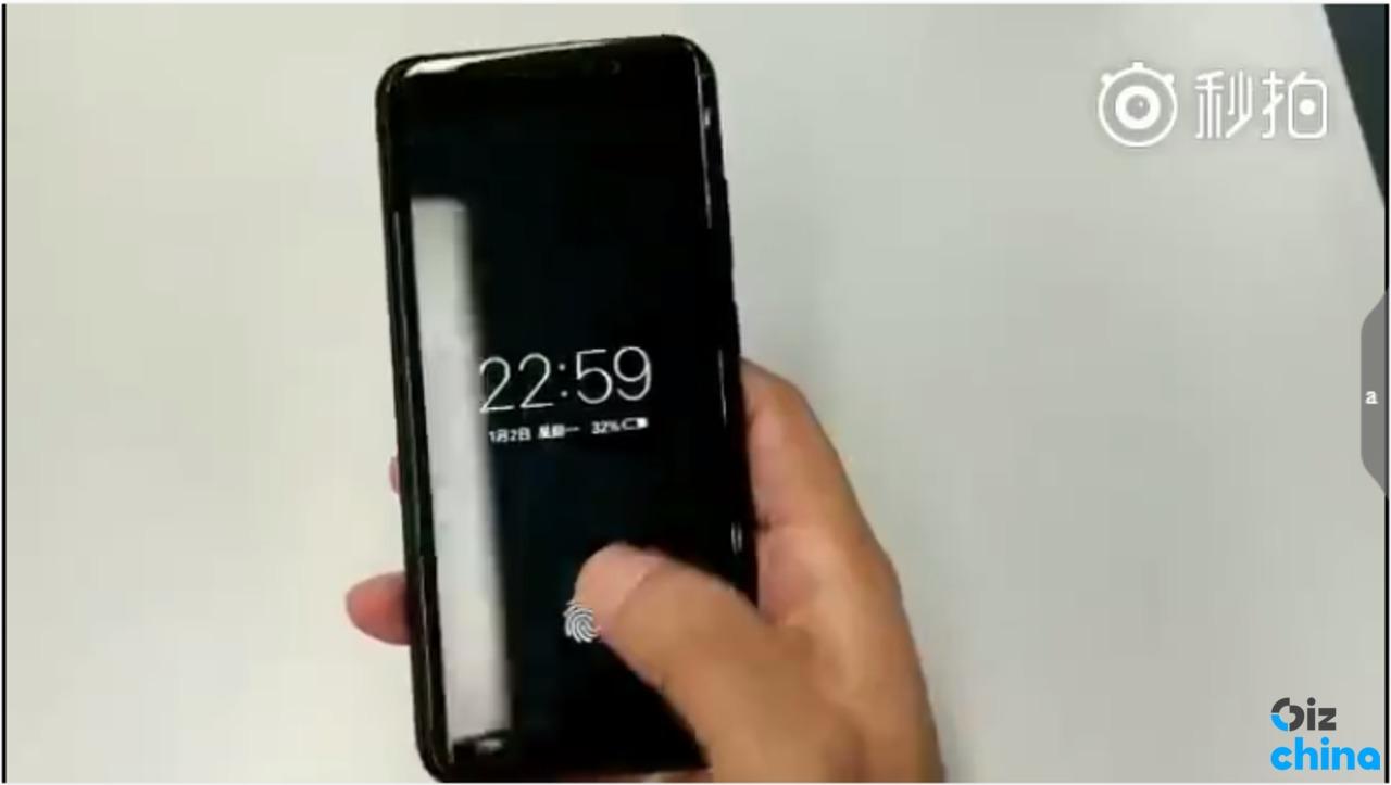 Dette skjermbildet fra en video på Weibo viser en telefon som låses opp med et trykk på skjermen.