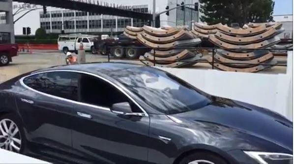 Elon Musk viser frem første versjon av Boring Companys bilheis.