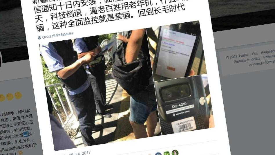 Dette bildet viser angivelig kinesisk politi som sjekker innbyggere i Xinjiang.