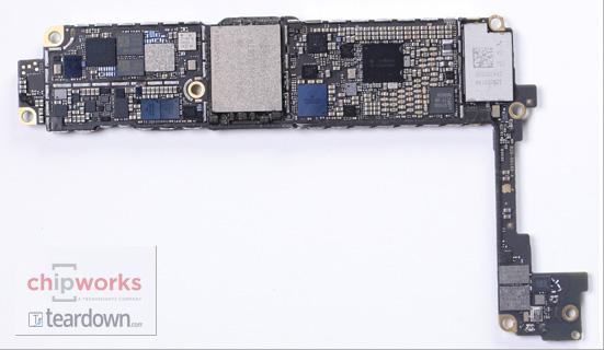 Kretskortet il iPhone 8 skal være vanskelig å lage - nå støtter Apple produsentene med avansert utstyr. Her kretskortet i iPhone 7.