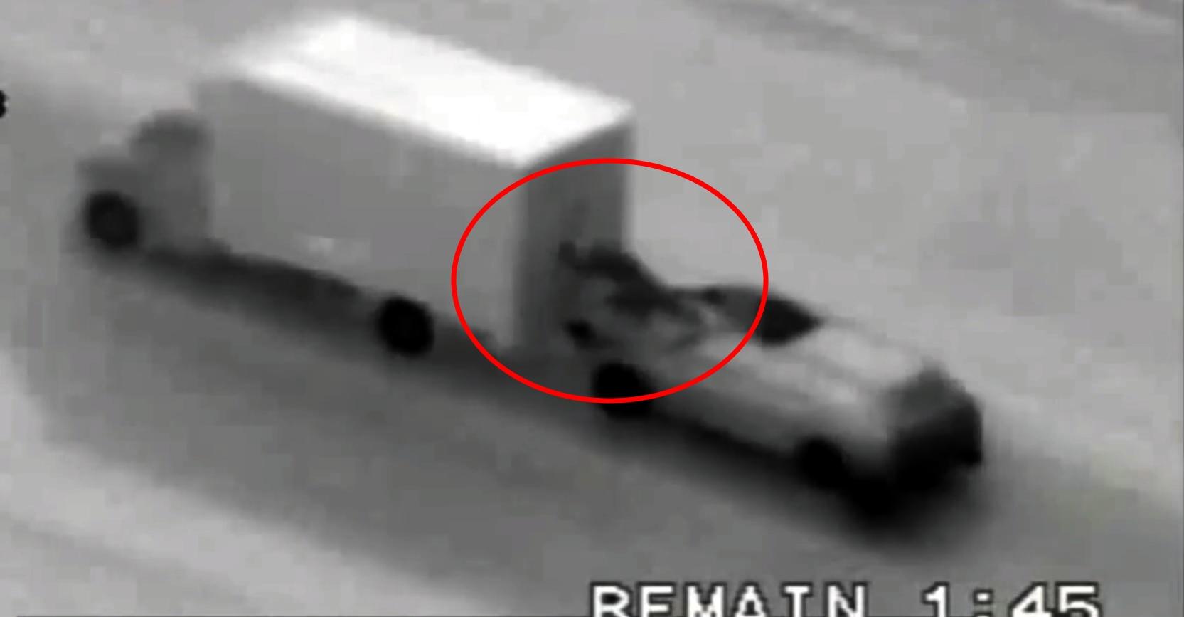 Her filmes tyvene av politiet mens de stjeler iPhones fra en lastebil i fart.