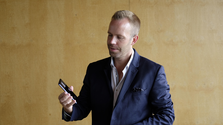 Juho Sarvikas viser stolt frem Nokia 8.