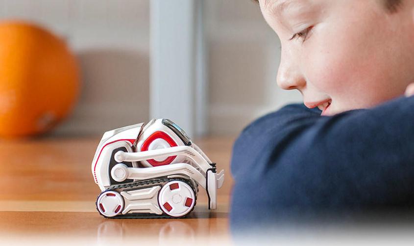 Den lille roboten Cozmo har sin egen sterke personlighet, og bruker kunstig intelligens til å interagere med omverdenen.