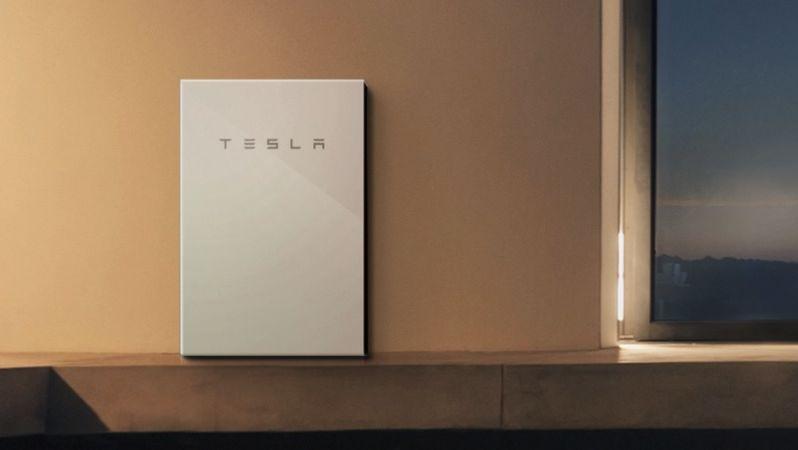 Tesla sin Powerwall-batteri-pakke til hjemmet. Mange av oss håper jo Musk sikter til batterier for mobiler og annen forbrukertelektronikk når han snakker om et batterigjennombrudd - men det kan like gjerne tenkes at gjennombruddet vil øke distansen på Teslas biler en god del, eller gi produkter som Powerwall lenger batterilevetid.