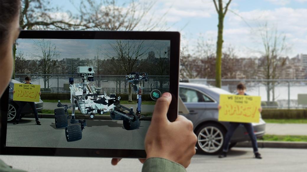 """""""Se 3D-objekter i din verden, og ta et bilde ved hjelp av kameraet som peker mot verdenen på PC-en din."""". Dette er en av de nye mulighetene som kommer til Windows 10 i høst."""