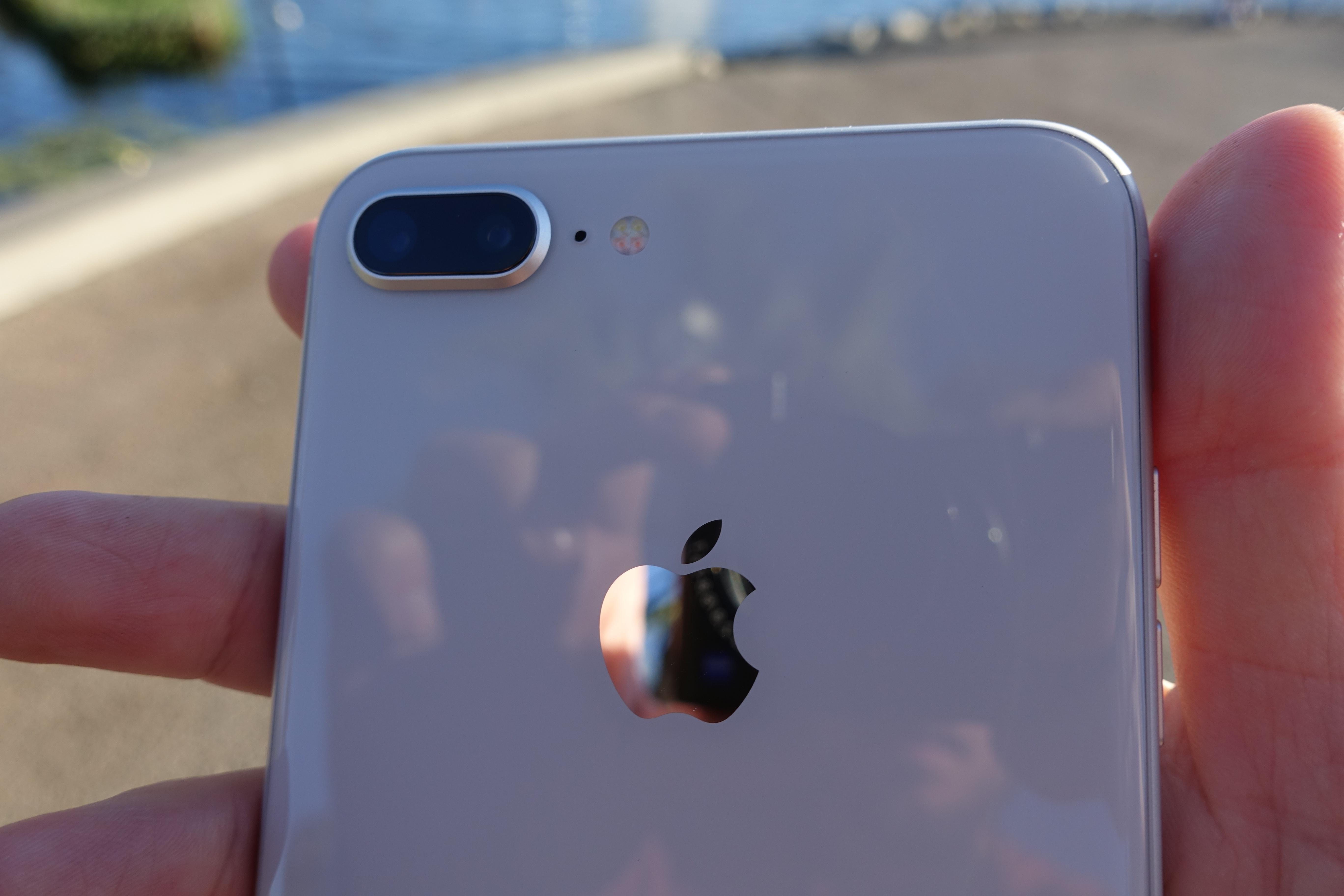 """Det er ingen tekst på baksiden, bortsett fra """"iPhone""""."""