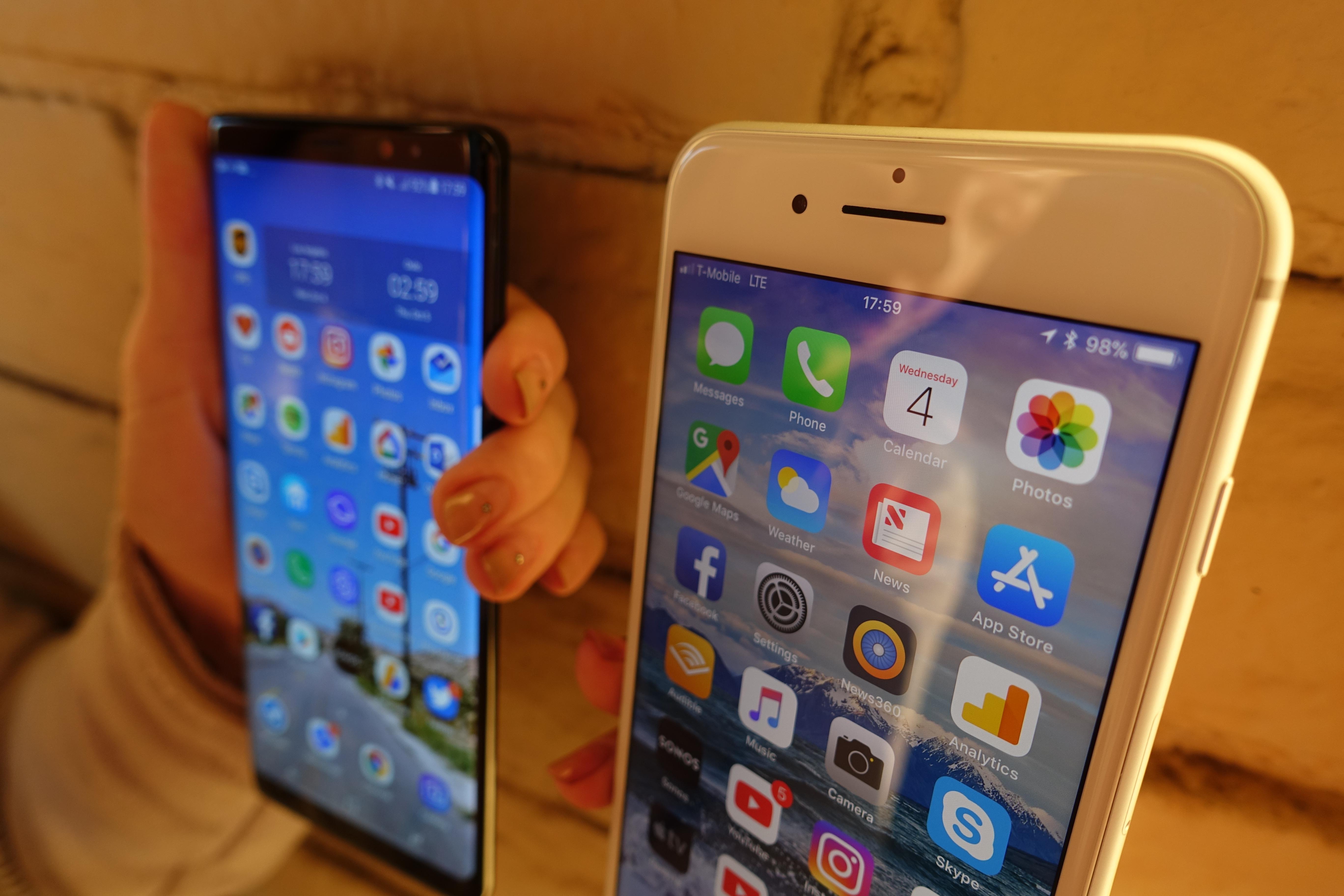 Fordelen til Note 8 er den store skjermen og nesten ikke ramme i front. Man må ta til takke med fingersensor på baksiden, men den er lettere å finne enn på S8-modellene.