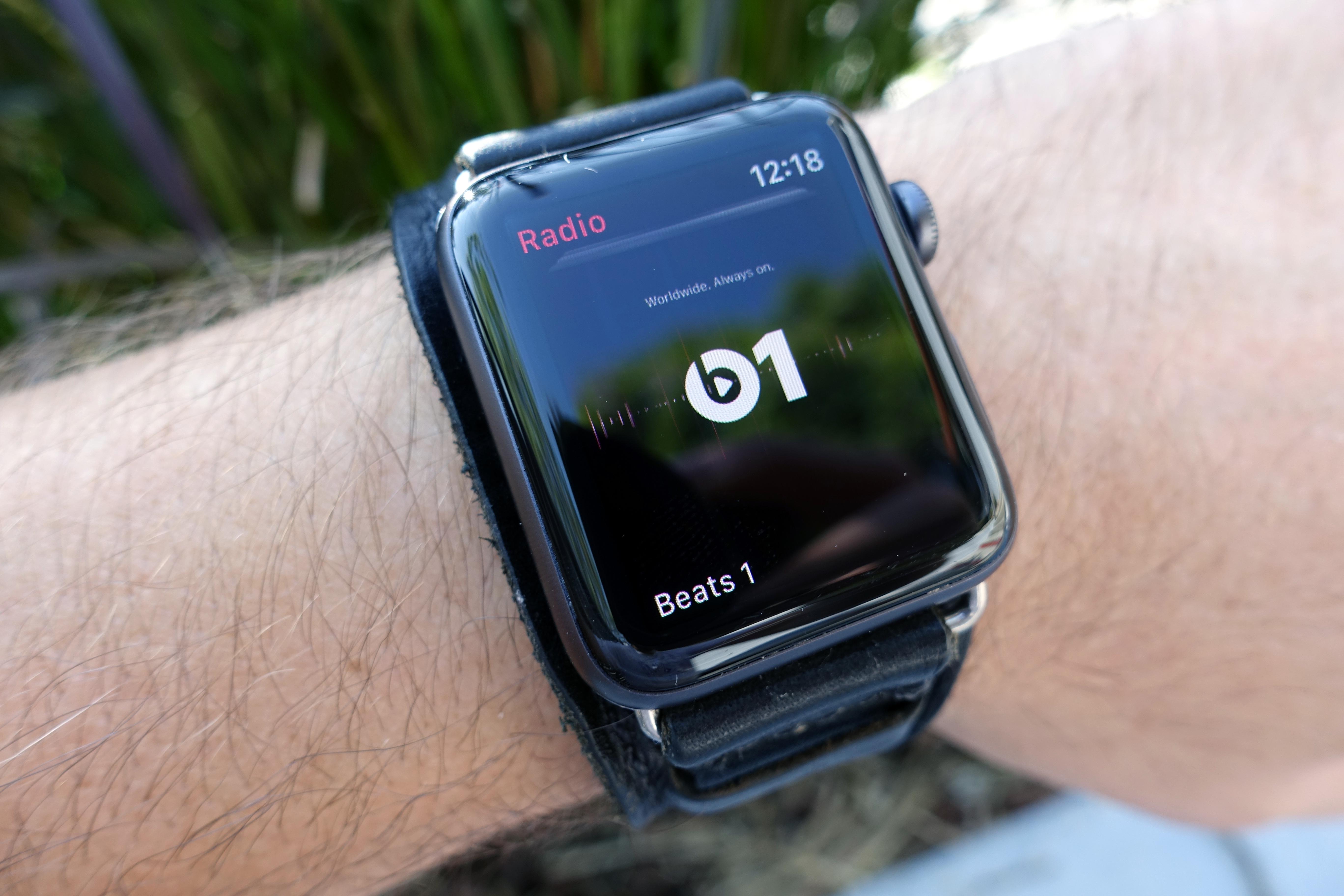 Det er herlig å kunne lytte til radio eller musikk-biblioteket ditt på Apple Music uten å trenge mobil eller WiFi.