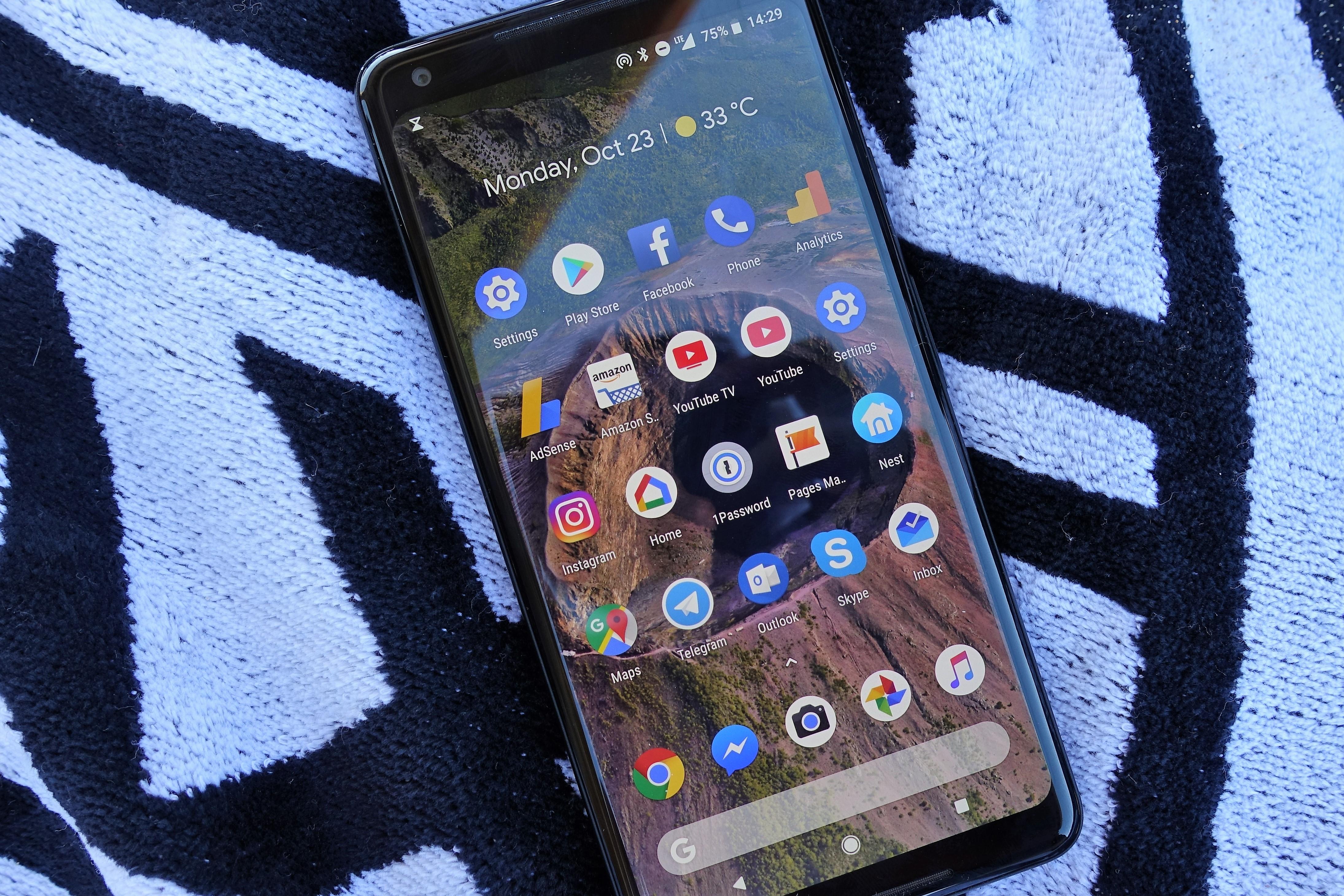Pixel 2 XL er sammen med OnePlus 5 den kjedeligste mobilen du kan handle, men den gjør jobben på en god måte. Problemet er at den er overpriset.