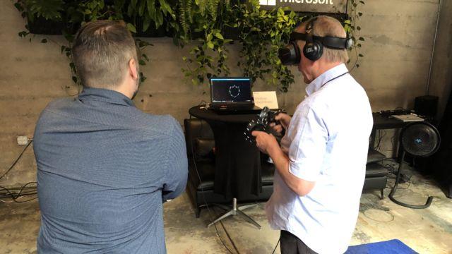 """Mixed Reality-headsettene som lanseres i dag er tradisjonelle VR-headset, men de har bedre oppløsning enn Vive og Rift, er lettere, og krever ikke ekstra sensorer da disse er bakt inn i kontrollerne og headsettet - dessuten er disse lettere enn første generasjon VR-headset. Støtten er innebygget i Windows 10 """"Fall Creators Update"""" sitt kontrollpanel."""