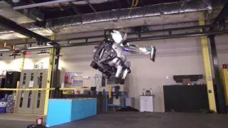 Se den imponerende roboten: Nå kan «Atlas» ta baklengs salto