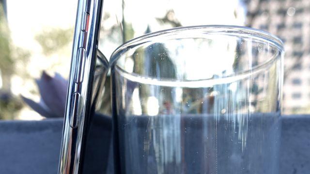 Fra siden smelter mobilen nesten inn med glasset.