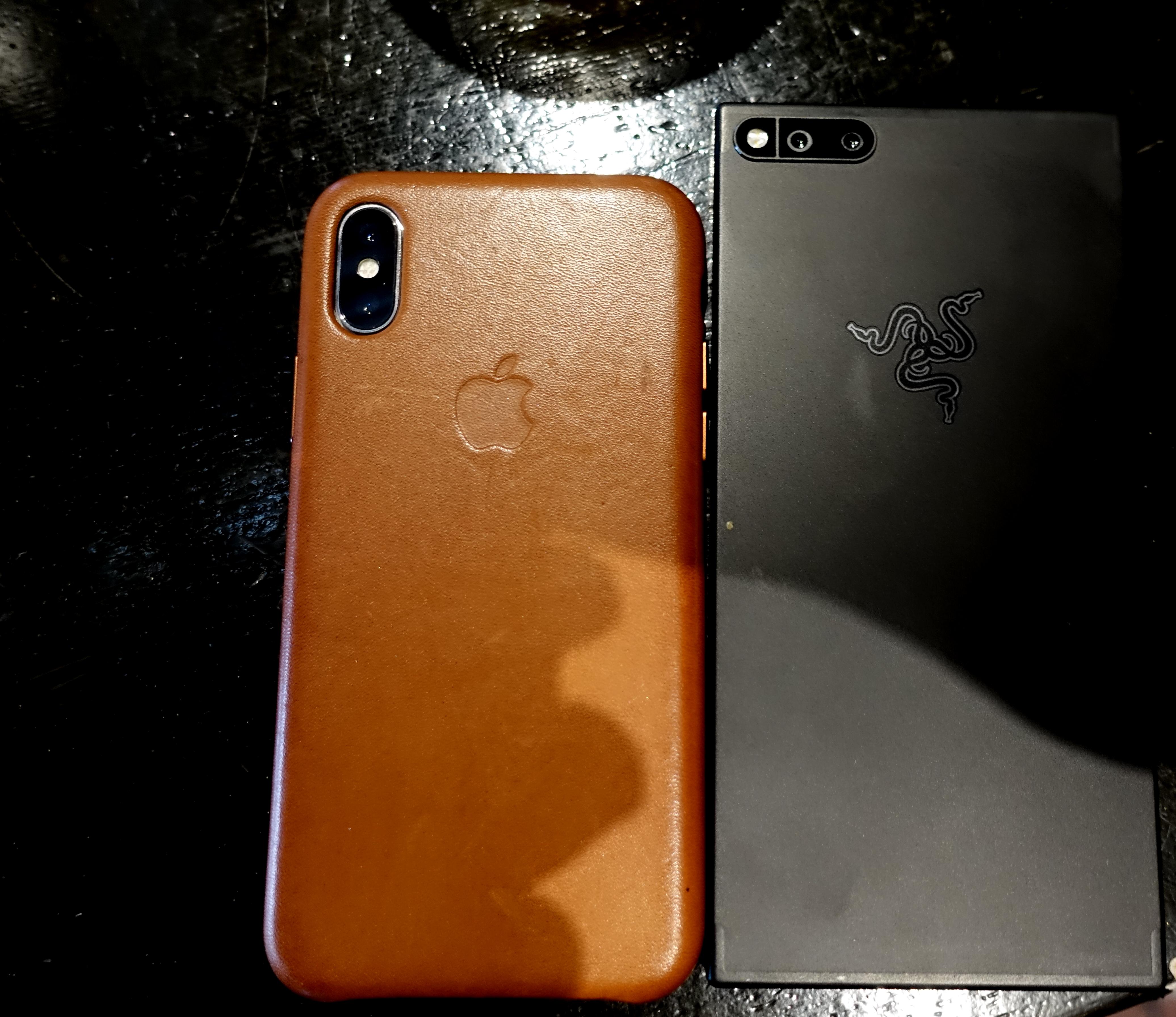 iPhone X poserer med Razer Phone til høyre.