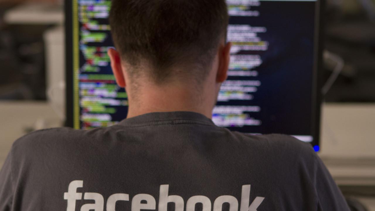 Kvinnen hevder hun ble ansatt av Facebook for å modere nyhetssaker.