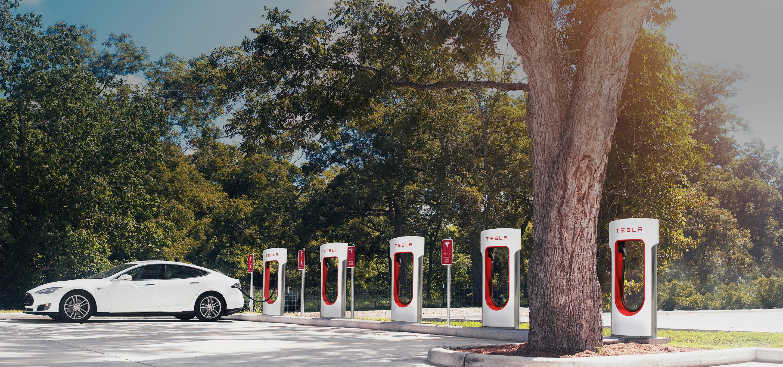 Tesla har bygget to gigantiske superladestasjoner i California.